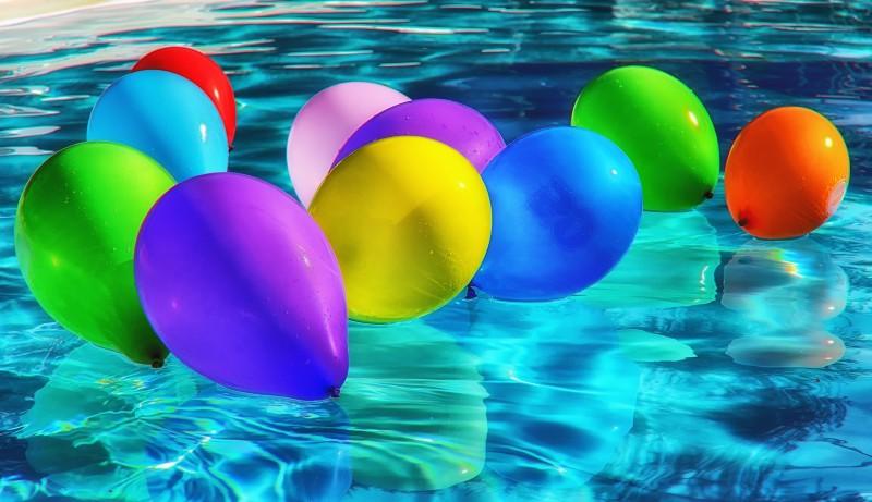 Pynt op med farverige, billige balloner til festlige arrangementer